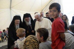16 avril 2016 : Le pape François rencontre des réfugiés lors de sa visite au camp de Moria à Lesbos en soutien aux migrants et pour interpeller l'Europe et le monde sur l'accueil de ces derniers. Le pape est accompagné du patriarche oecuménique de Constantinople BARTHOLOMEE 1er (g) et de HIERONYMOS II, arch. othodoxe d'Athènes et de toute la Grèce (c). Lesbos, Grèce. DIFFUSION PRESSE UNIQUEMENT. EDITORIAL USE ONLY. NOT FOR SALE FOR MARKETING OR ADVERTISING CAMPAIGNS. April 16, 2016: BARTHOLOMEE 1er (l), HIERONYMOS II (c) and Pope Francis, during the visit at the Moria refugee camp on the island of Lesbos, Greece.