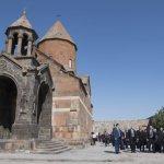 26 juin 2016 : Voyage du pape François en Arménie. Le pape François se rend au monsatère de Khor Virap, situé près de la frontière turque. Le monastère est un lieu sacré de l'Arménie car il fût la prison de saint Grégoire l'Illuminateur, père spirituel de l'Arménie. Région d'Ararat, Arménie. DIFFUSION PRESSE UNIQUEMENT.   EDITORIAL USE ONLY. NOT FOR SALE FOR MARKETING OR ADVERTISING CAMPAIGNS. June 26, 2016: Pope Francis at the Khor Virap's monastery, Armenia.