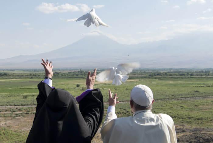 26 juin 2016 : Voyage du pape François en Arménie. Le pape François et KAREKINE II (Garéguine II), patriarche suprême et Catholicos de tous les Arméniens, au monsatère de Khor Virap, situé près de la frontière turque. Le monastère est un lieu sacré de l'Arménie car il fût la prison de saint Grégoire l'Illuminateur, père spirituel de l'Arménie. Le pape et KAREKINE II, faces au mont Ararat (qui est considérée dans la culture arménienne comme le lieu de l'épisode biblique de l'Arche de Noé), lâchent ensemble des colombes blanches. Région d'Ararat, Arménie. DIFFUSION PRESSE UNIQUEMENT.   EDITORIAL USE ONLY. NOT FOR SALE FOR MARKETING OR ADVERTISING CAMPAIGNS. June 26, 2016: Pope Francis and Catholicos Karekin II release white doves in front of Ararat's mountain after a ceremony at the Khor Virap's monastery, Armenia.
