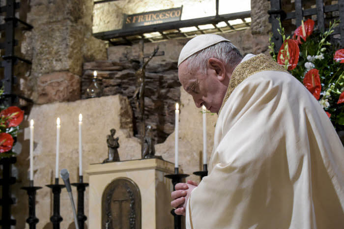 "3 octobre 2020 : Le pape François célébre une messe auprès de la tombe de saint François d'Assise, avant de signer son encyclique intitulée ""Fratelli tutti…"" (Tous frères) sur « la fraternité et l'amitié sociale ». Assise, Italie. DIFFUSION PRESSE UNIQUEMENT.  EDITORIAL USE ONLY. NOT FOR SALE FOR MARKETING   OR ADVERTISING CAMPAIGNS. October 3, 2020: Pope Francis  celebrates a mass in the crypt of the tomb of St. Francis of Assisi, before signing a new encyclical on fraternity and solidarity. Assisi, Italy."