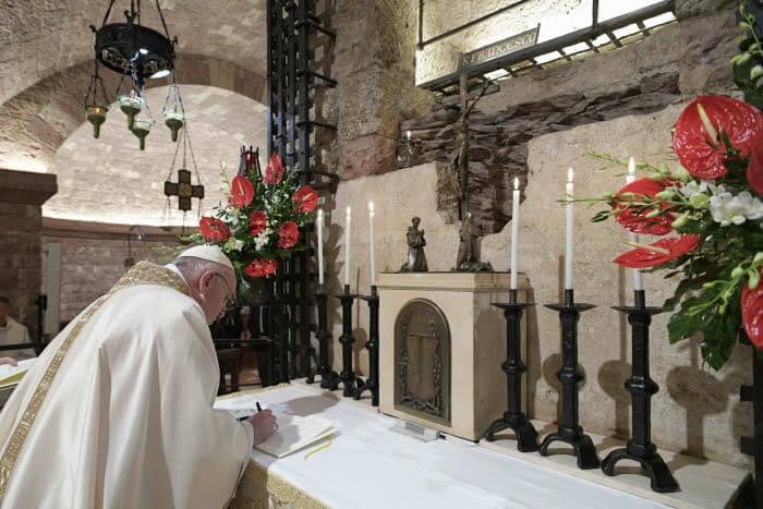 "3 octobre 2020 : Après la célébration d'une messe auprès de la tombe de saint François, le pape François signe son encyclique intitulée ""Fratelli tutti…"" (Tous frères) sur « la fraternité et l'amitié sociale ». Assise, Italie. DIFFUSION PRESSE UNIQUEMENT.  EDITORIAL USE ONLY. NOT FOR SALE FOR MARKETING   OR ADVERTISING CAMPAIGNS. October 3, 2020: Pope Francis celebrates a mass in the crypt of the Tomb of St. Francis and sign a new encyclical on fraternity and solidarity in the post-COVID world. Assisi, Italy."