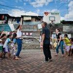 """22 janvier 2011: Agathe, 26 ans, et Claire, 24 ans, volontaires """"Bambous"""" Enfants du Mékong, organisent un jeu pour les enfants du bidonville de Cubao, Manille, Philippines, Asie du Sud Est.  January, 2011: volunteer Enfants du Mékong, Manila, Philippines, South-East Asia."""