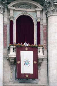 "21 avril 2019 : Dimanche de Pâques, le pape François adresse sa bénédiction urbi et orbi depuis le balcon de la basilique Saint Pierre. Place Saint-Pierre au Vatican. April 21, 2019 : Pope Francis is seen after reading his ""Urbi et Orbi"" (""To the City and the World"") message from the balcony overlooking St. Peter's Square at the Vatican."