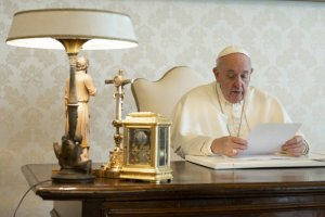 4 avril 2020 : Le pape François dans son bureau du Palais apostolique. Vatican. DIFFUSION PRESSE UNIQUEMENT. EDITORIAL USE ONLY. NOT FOR SALE FOR MARKETING OR ADVERTISING CAMPAIGNS. April 4, 2020: Pope Francis during his Video message at the Apostolic Palace in the Vatican.