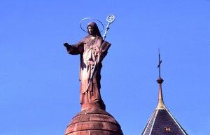 Ste Odile, patrone de l'Alsace et fondatrice de l'abbaye de Mont Sainte Odile. Vêtue de sa robe de bénédictine, elle tient un livre sur lequel sont représentés ses yeux et une crosse. Sculpture dominant l'abbaye. Mont Sainte Odile, Ottrott, Bas-Rhin (67), France.