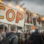 12 décembre 2015 : Manifestation écologique pour marquer la fin de la Cop21. Des militants écologistes venues de divers pays, manifestent sur le Champ-de-Mars pour dénoncer « l'état d'urgence climatique ». Paris (75), France.