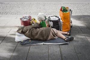 14 octobre 2018 : Illustration. Femme sans domicile, allongée sur un trottoir, avec pour seuls biens quelques sacs en plastiques. Paris (75), France.