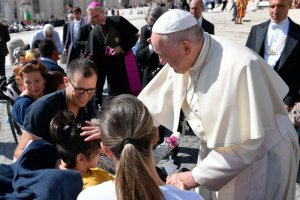 11 septembre 2019 : Le pape François bénissant une jeune fille handicapée, durant l'audience générale sur la place Saint Pierre au Vatican. DIFFUSION PRESSE UNIQUEMENT. EDITORIAL USE ONLY. NOT FOR SALE FOR MARKETING OR ADVERTISING CAMPAIGNS. September 11, 2019: Pope Francis blessing a disabled girl during the weekly general audience at the Vatican.