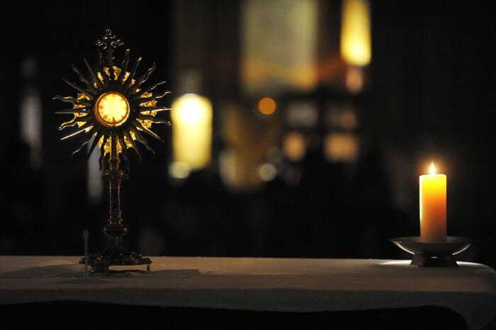 03 avril 2009: Exposition du Saint Sacrement lors de la veillée des Semeurs d'espérance à l'égl. Saint-Séverin, Paris (75), France.
