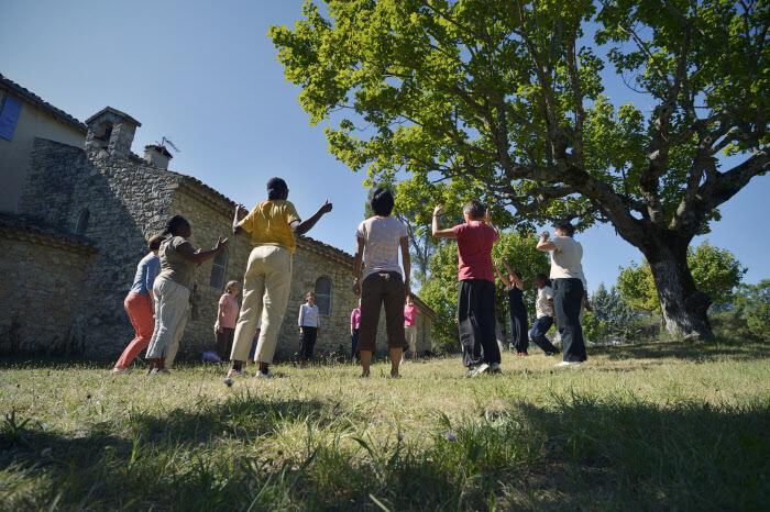 """16 aoüt 2014 : Formation """"Corps et voix"""" avec de jeunes postulantes de la communauté de la Xavière. La Pourraque, Beaumont de Pertuis (84), France.  August 16, 2014: Training Body and voice. La Pourraque, Beaumont de Pertuis, France."""