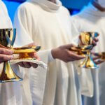 15 novembre 2020 : Eucharistie, prêtres tenant chacun à la main un calice et une  coupelle contenant les hosties. Italie.  November 15, 2020: Priests hold chalices and cups with hosts in their hands. Italy.