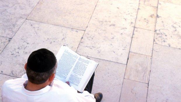 ISRAEL / JERUSALEM / JUDAISME : AU MUR DES LAMENTATIONS - AMBIANCE A L'OCCASION DE BAR MITSVA ( CEREMONIE POUR LES GARCONS AGES DE 13 ANS ) - LECTURE DE LA TORAH ET DU TALMUD - JUIFS EN PRIERE PORTANT LE CHALE RITUEL ( LE TALETH ) AVEC DES FRANGES AU QUATRE COINS, ET LES PHYLACTÈRES ET TEFILINS QUI CONTIENNENT DES PASSAGES DES ECRITURES SAINTES ET SONT UTILISES POUR LES PRIERES DU MATIN.
