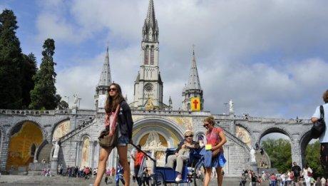 13 Août 2013 : Pèlerins devant la basilique. 140ème Pèlerinage national. Lourdes (64) France.